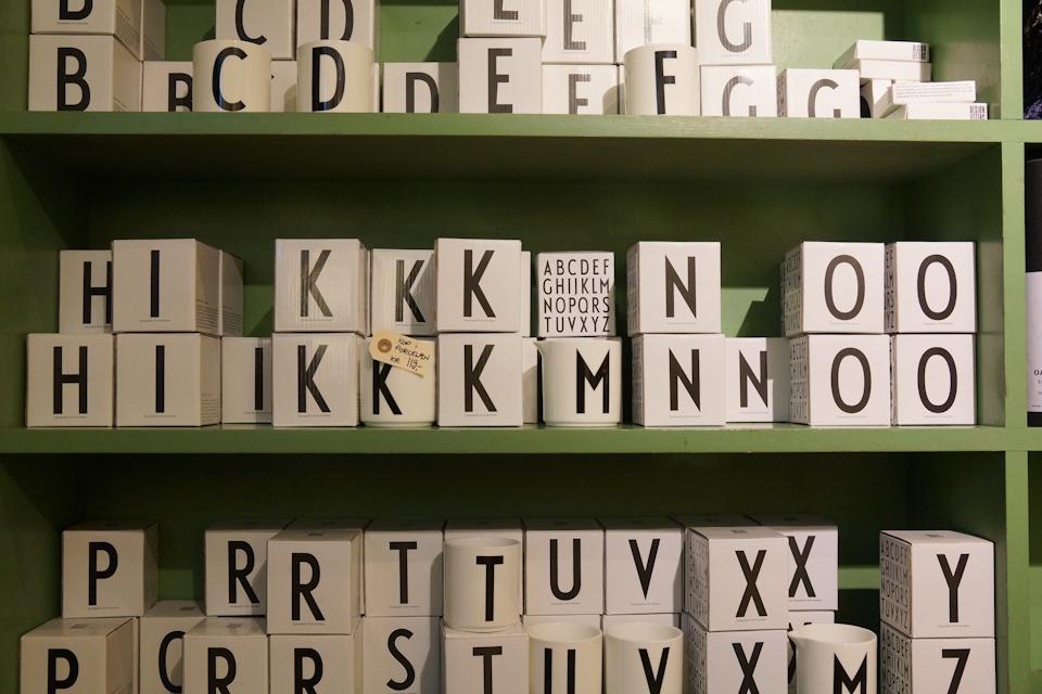 Krus fra Design Letters - fåes både i porcelæn og i plastik
