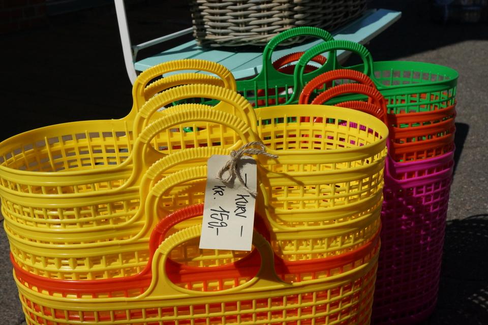 Retrokurve i forskellige pang-farver - brug dem til vasketøj, legetøj eller som en praktisk indkøbskurv.