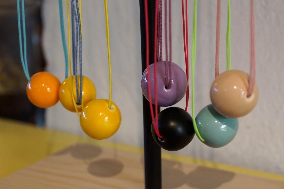 Super flotte halskæder i neon- og pastelfarver fra Louise Kragh